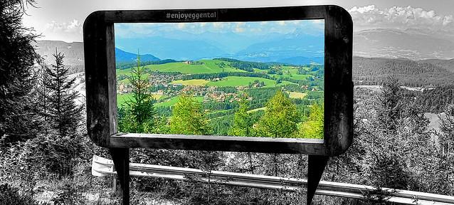 Schermo panoramico TV sulle Dolomiti a colori
