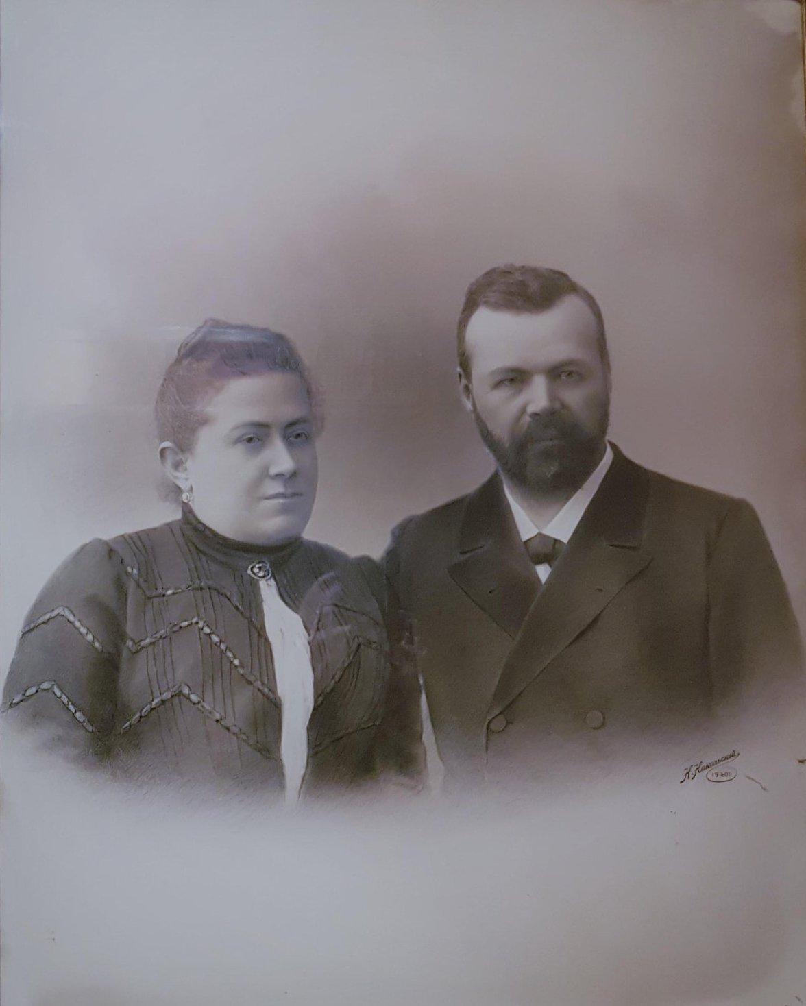 19. 1901. Сытин И.Д. и Сытина Е.И. Парадный семейный портрет, сделан к 25-летию семейной жизни.