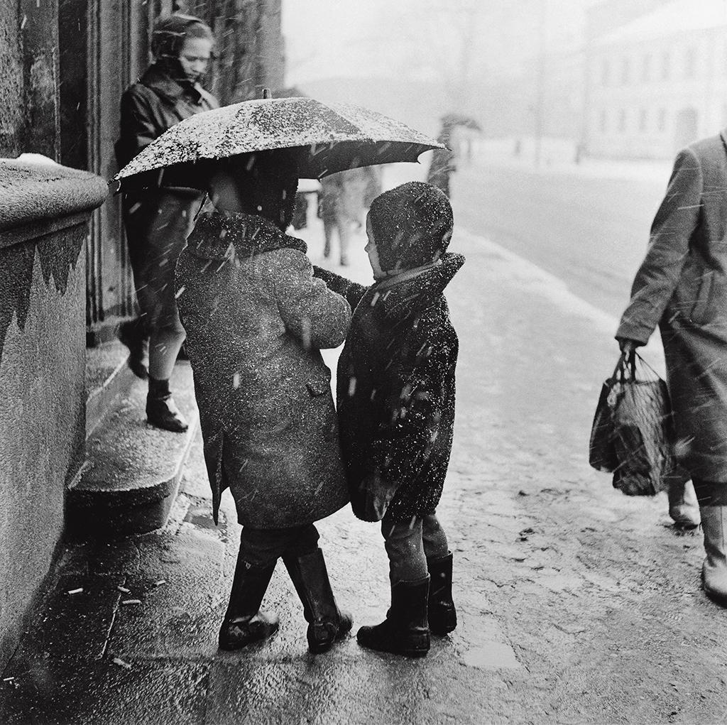 1963. Вильнюс. Мокрый снег. Дети под зонтом