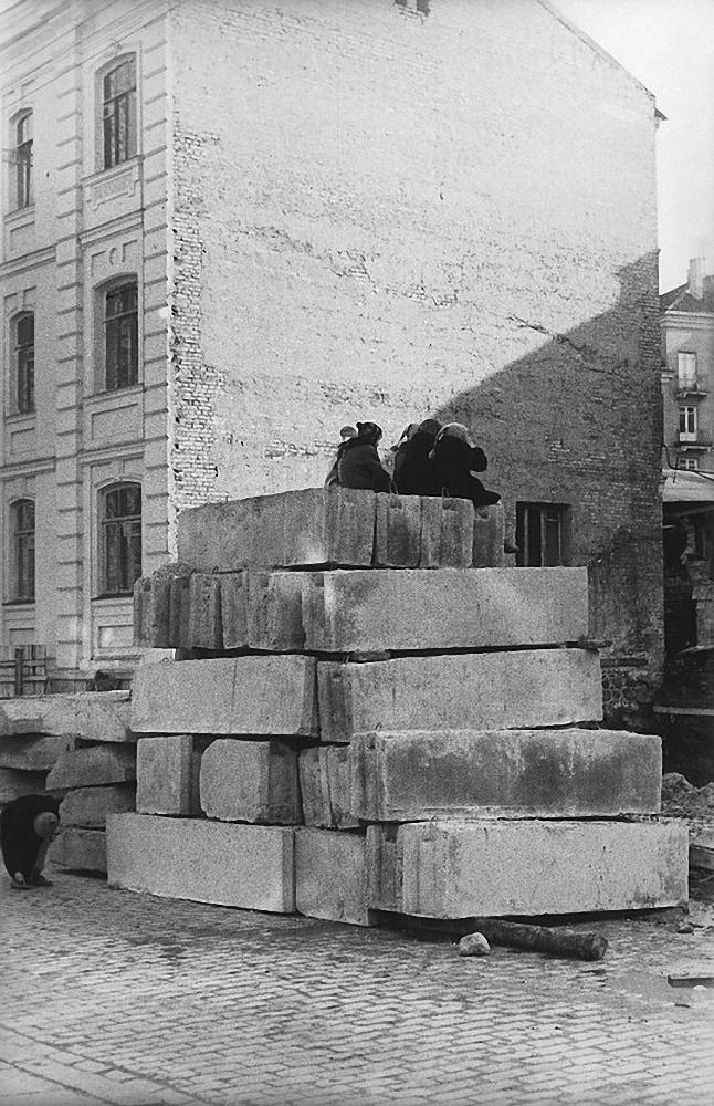 1964. Вильнюс. Дети на блоках