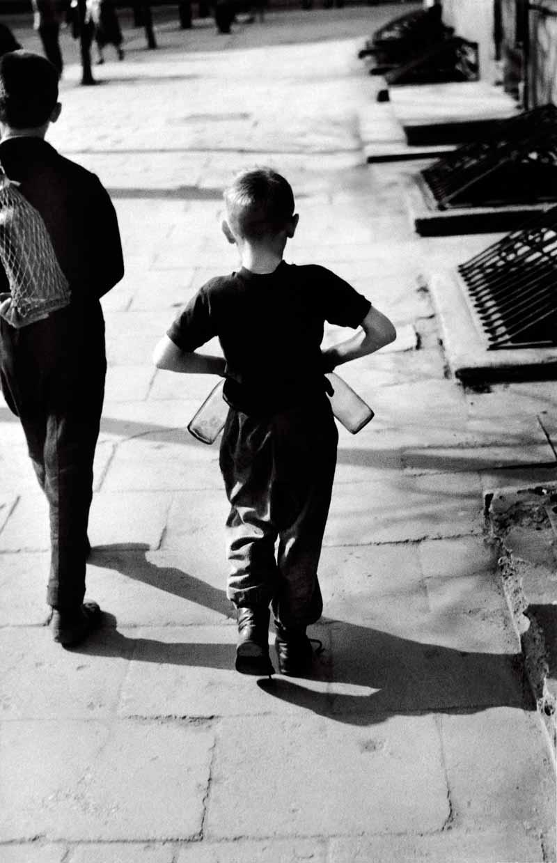 1963. Вильнюс. Мальчик с пустыми бутылками