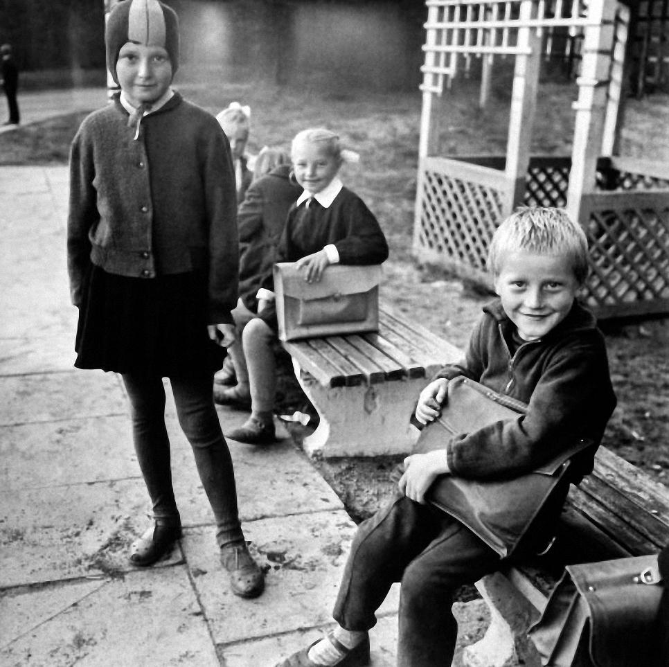 1965. Сельские дети, ждущие школьного автобуса