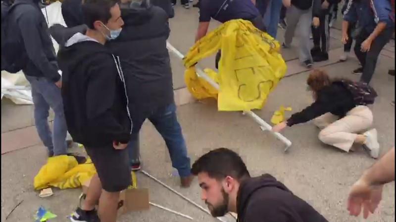 Grupòs separatistas atacan y destrozan una carpa de estudiantes catalanes en la UAB