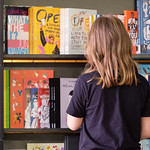 Browsing in the Bookshop | © Robin Mair
