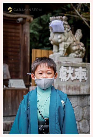 七五三 マスクをする狛犬と一緒の記念写真