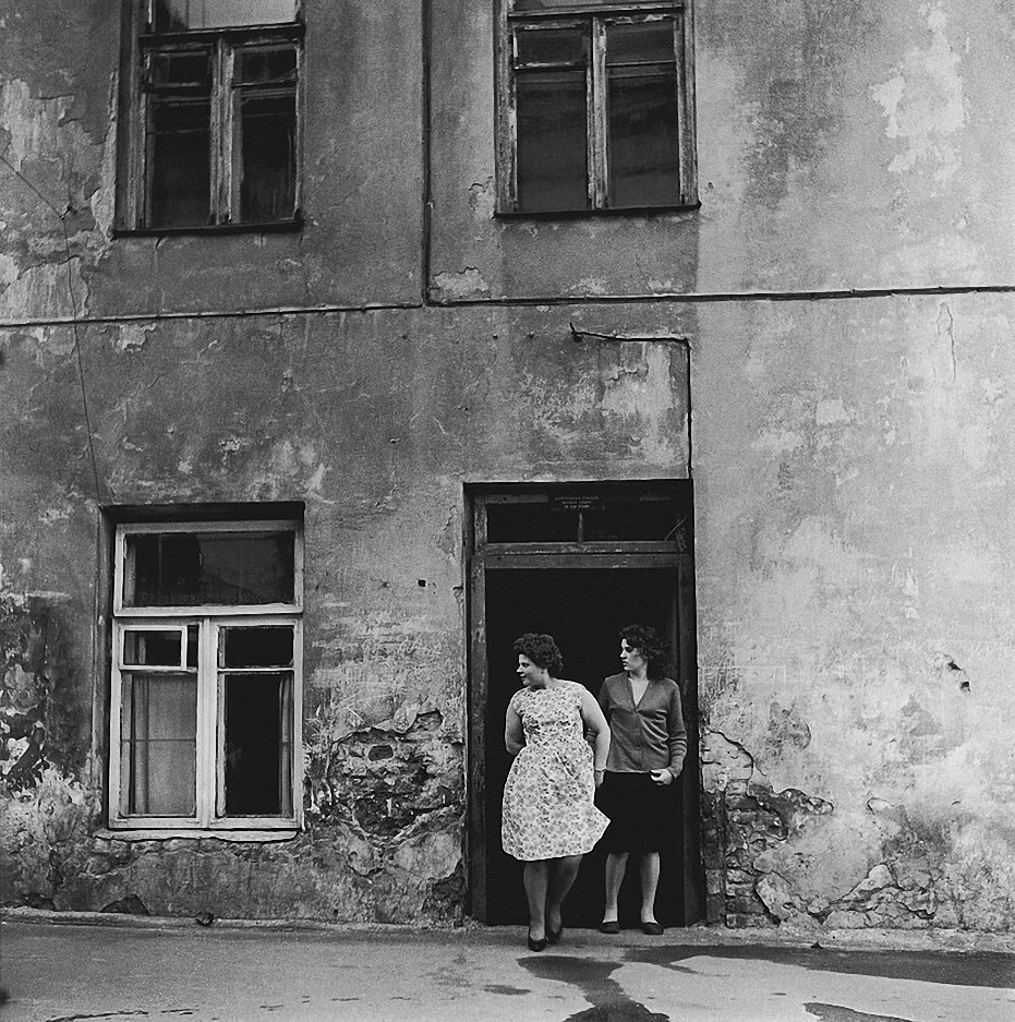 1966. Вильнюс. Стена. Две женщины