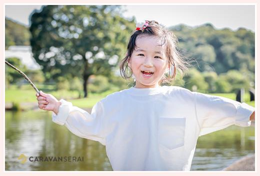 家族写真のロケーション撮影 白Tシャツを着た女の子