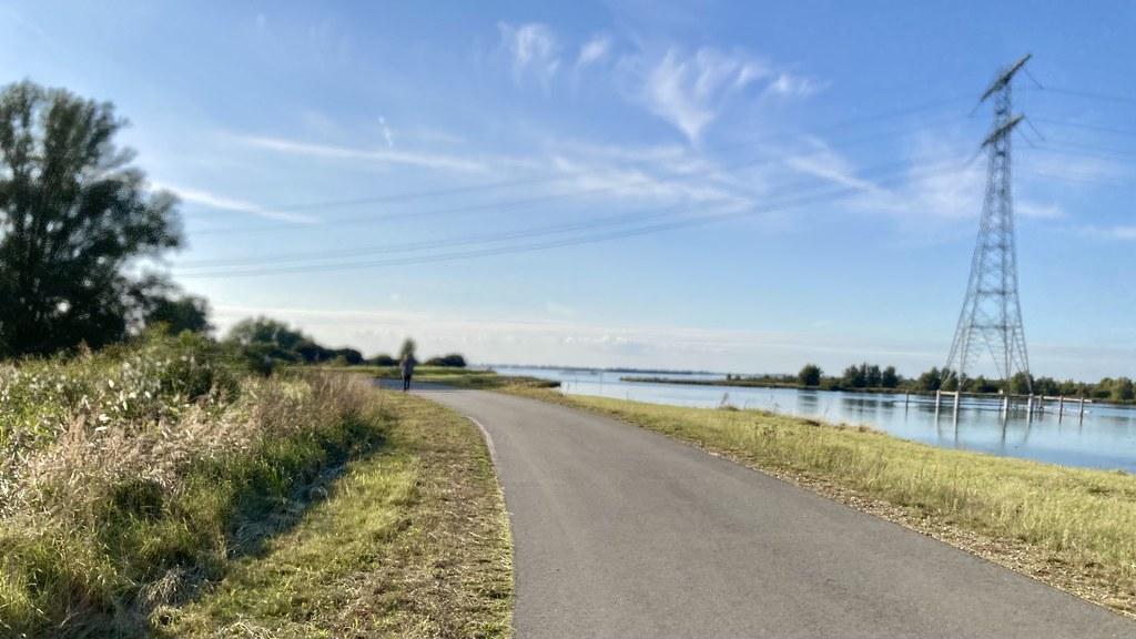 Langs het Schelde-Rijn kanaal.