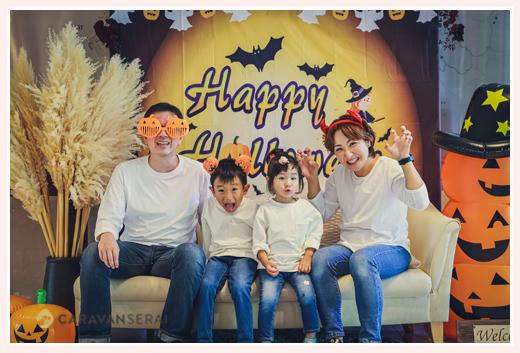 ハロウィーンブースで家族写真