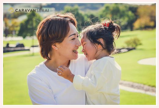 家族写真のロケーション撮影 笑顔のママと女の子