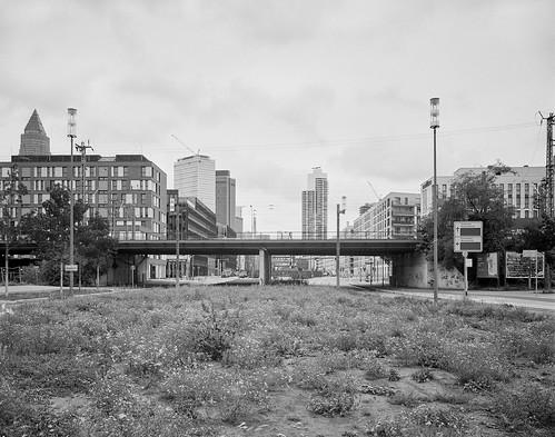 Zwischenstreifen an der Emser Brücke, Frankfurt Gallus. Fotografie im analogen Groß-Format 4x5 auf Kodak Plus X Pan.