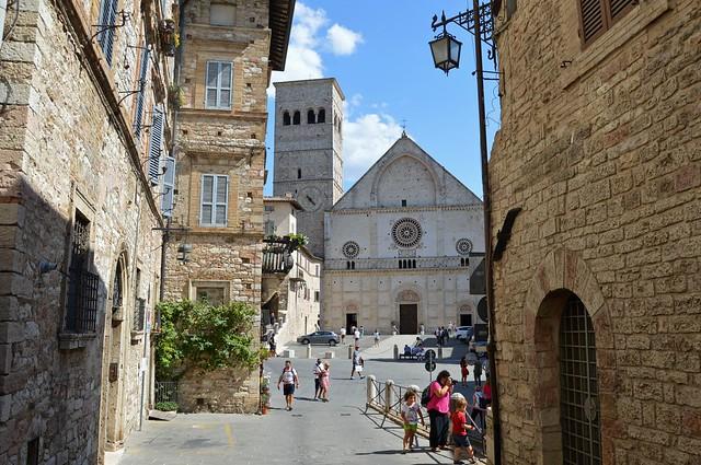 Assisi, la cattedrale di San Rufino vista da via Santa Maria delle Rose