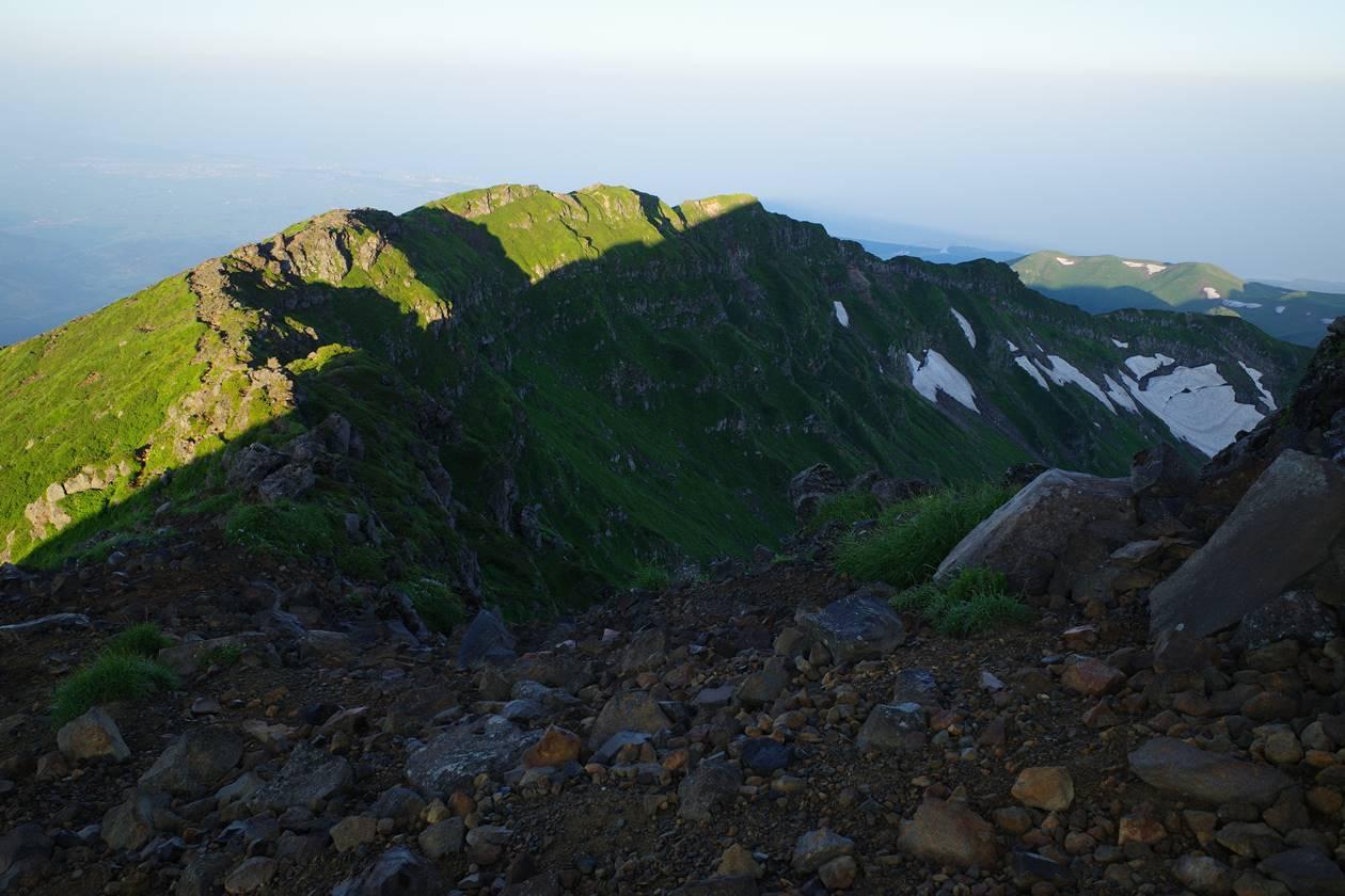 鳥海山・外輪山の稜線を下っていく