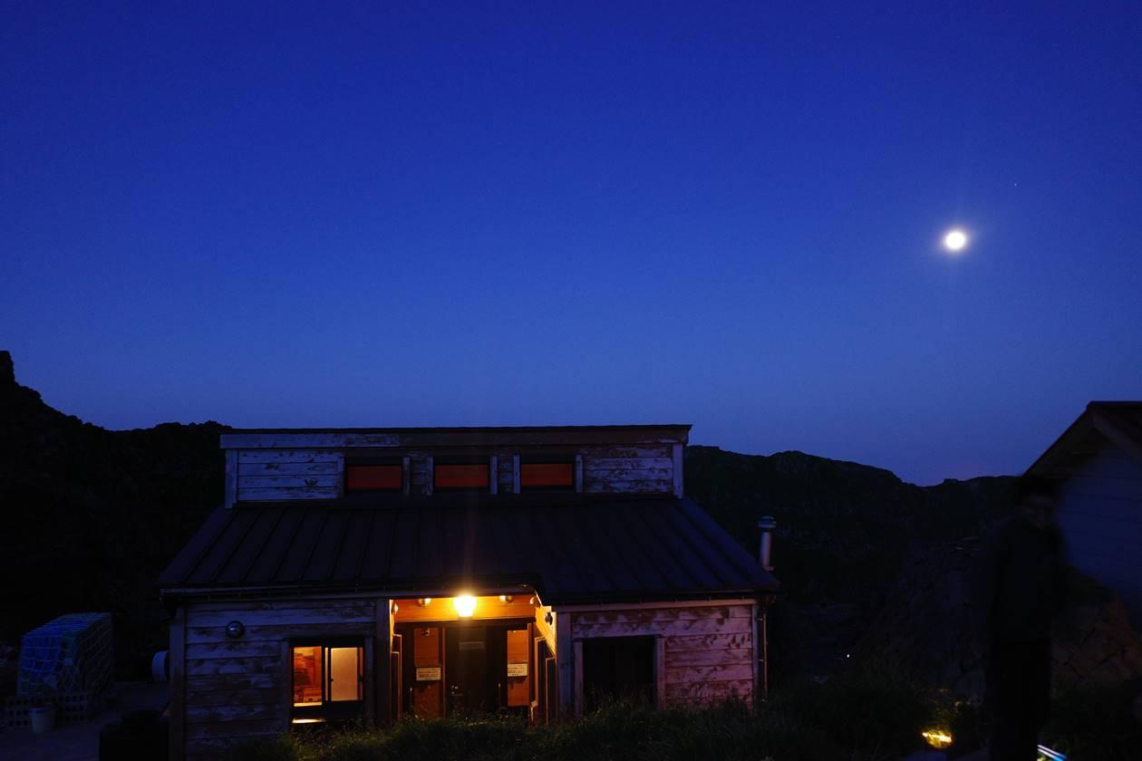 御室小屋から眺める満月