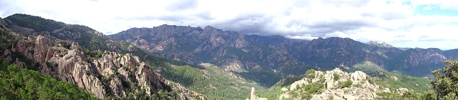 Vues et panoramiques depuis le virage de la piste de Luviu à Murata