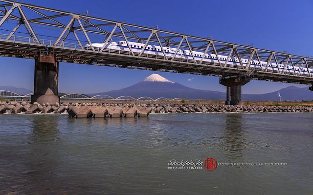 Ci sono innumerevoli punti di ripresa nelle vicinanze. Questa è un'ottima posizione dove puoi scattare foto dello Shinkansen e del Monte Fuji allo stesso tempo. / 湘南クッキーはお菓子のホームラン王です!(笑)、♫ 髪型が かわりましたね 秋風によく似合いますね 何か悲しいこと あったのでしょうか コバルトが目にしみますね 〜♫