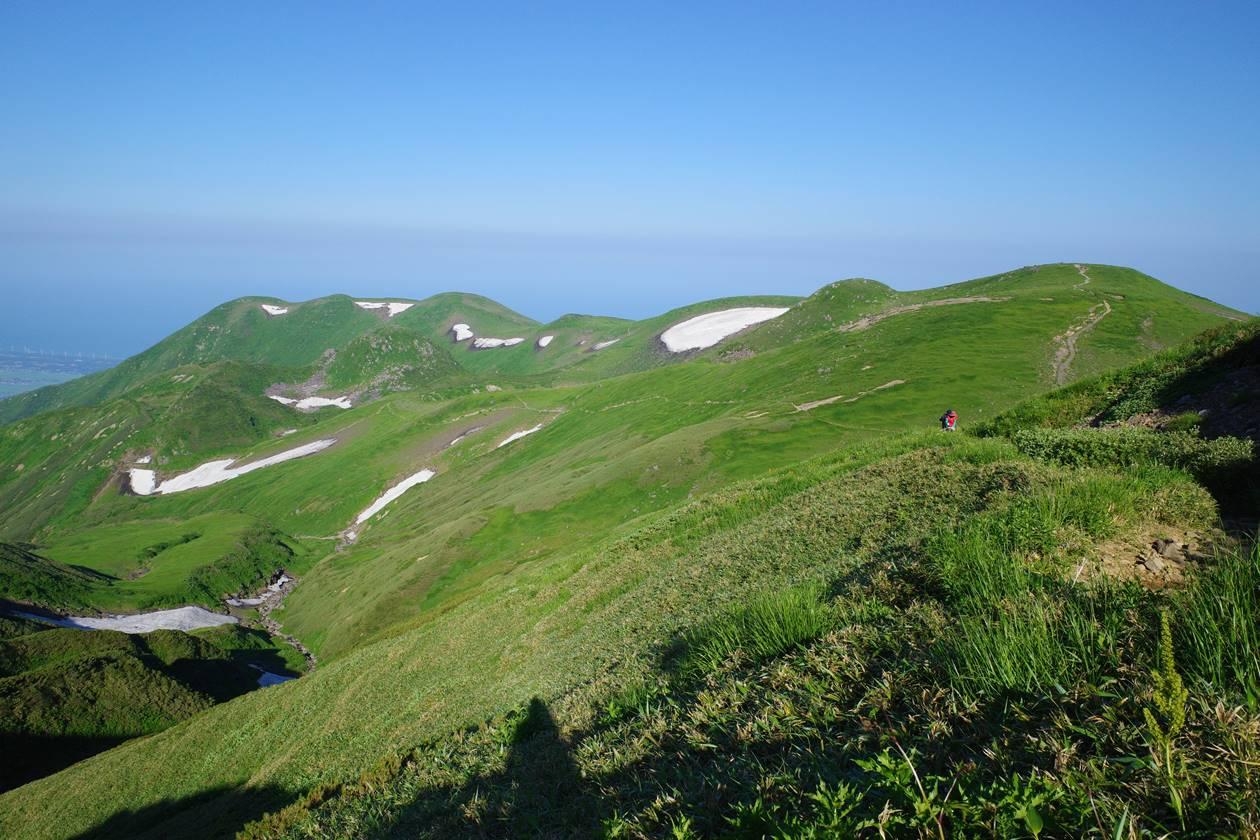 夏の鳥海山登山 雄大な稜線風景