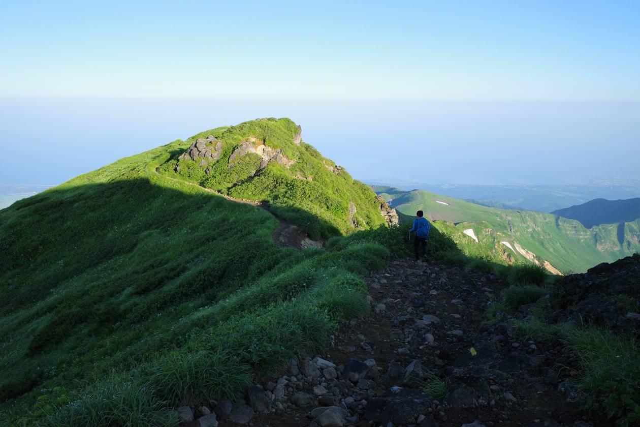 鳥海山の外輪稜線と海の展望