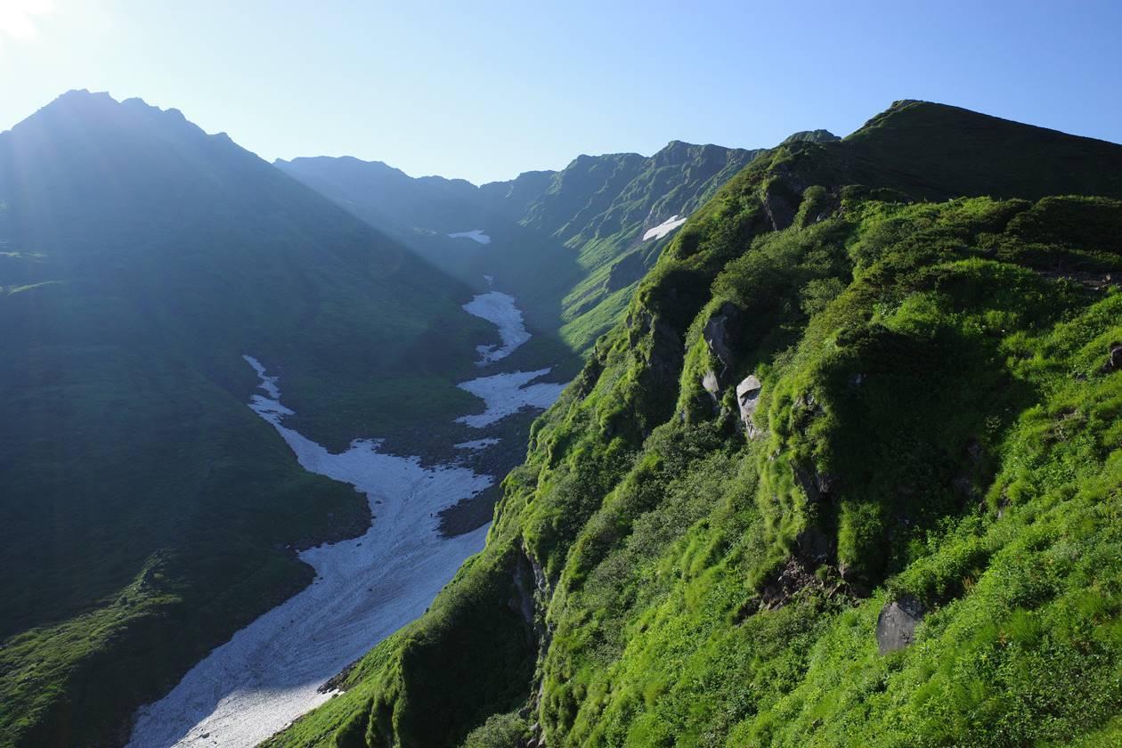 鳥海山の外輪山と雪渓
