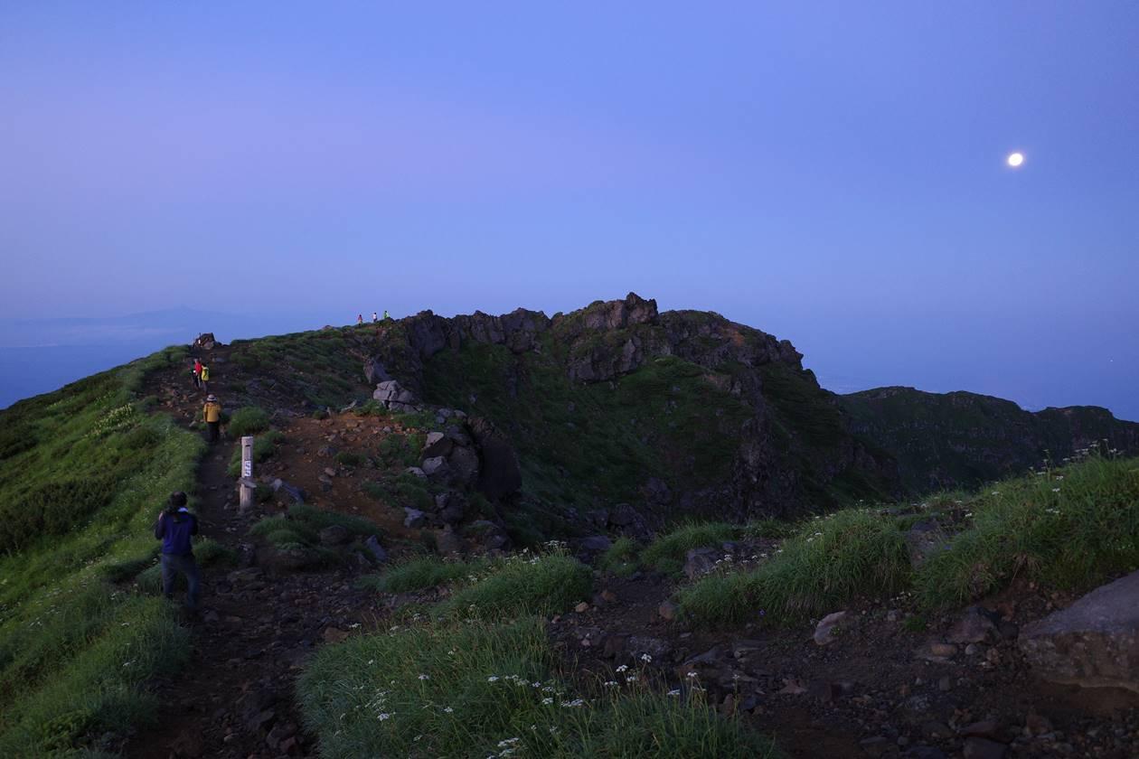 夜明け前の鳥海山外輪稜線