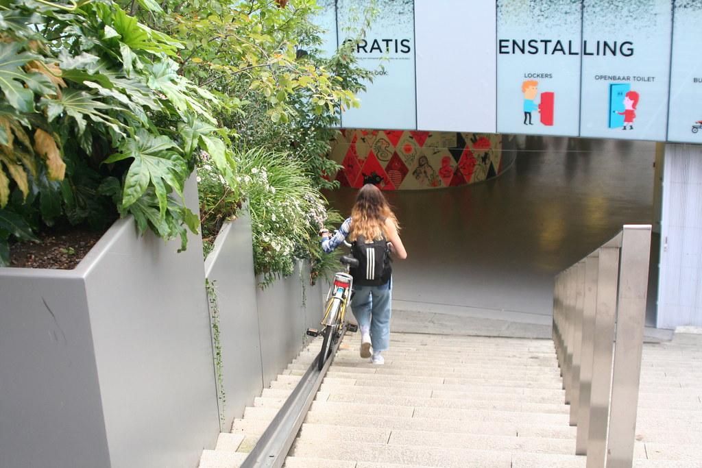 Carril para la bici para bajar las escaleras