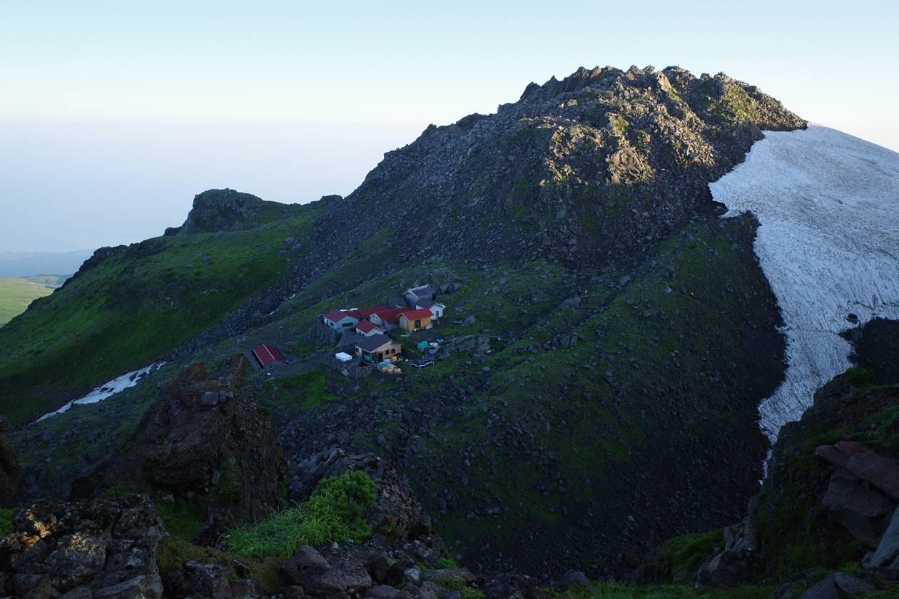 御室小屋と鳥海山・新山