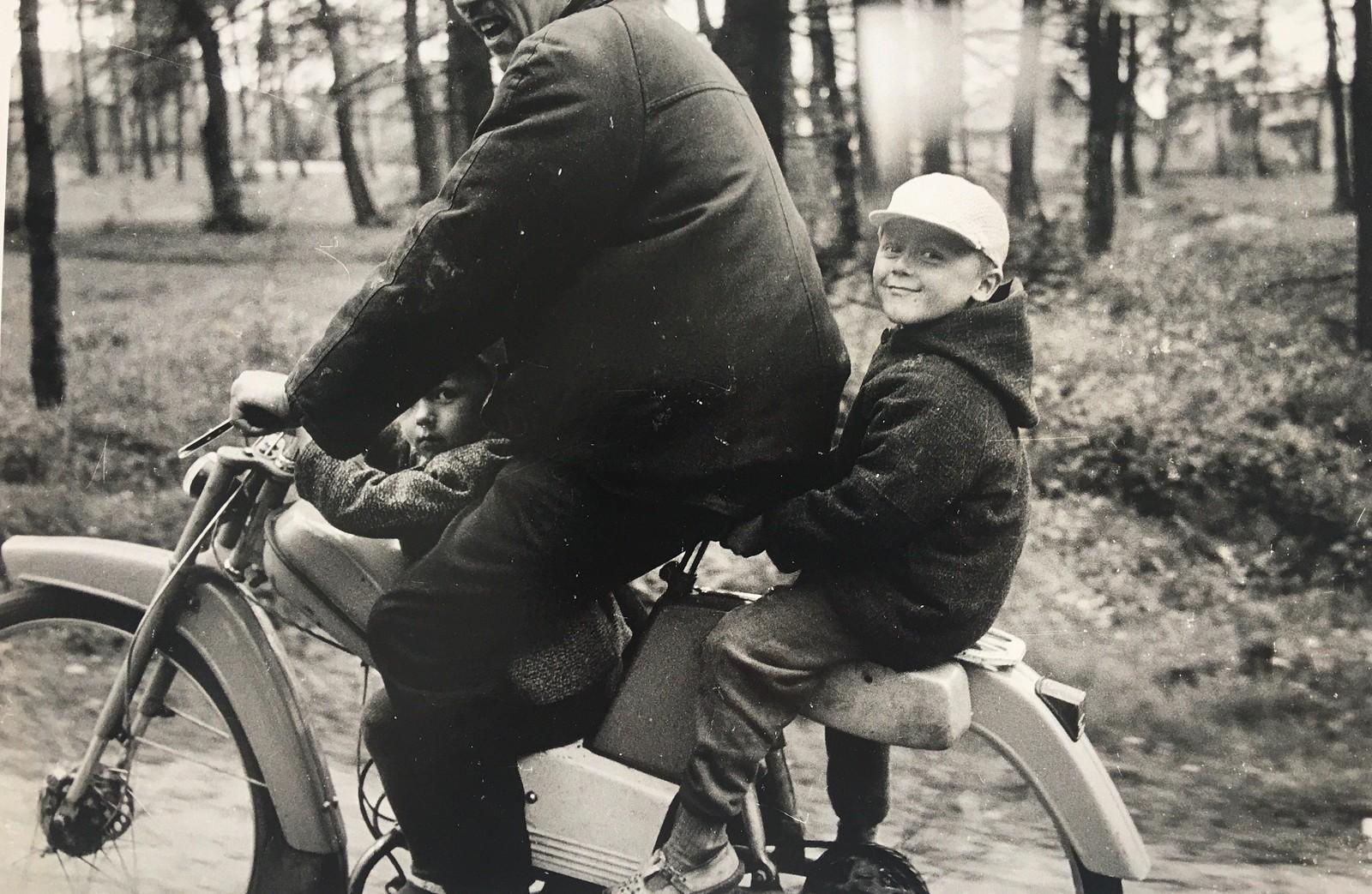 1967. С отцом на мопеде