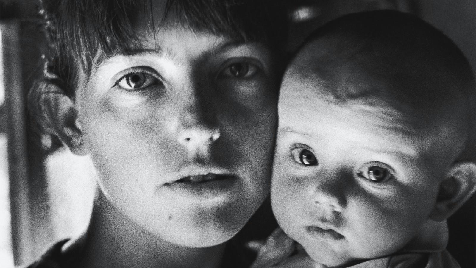 1968. Виола с дочерью. Зарасай