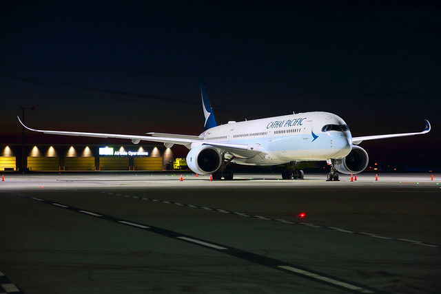 CathayPacific_B-LRA_night