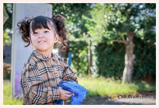 公園でシャボン玉をする3歳の女の子