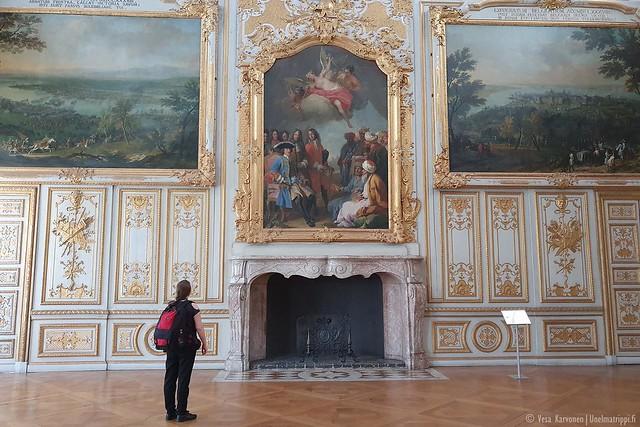 Jenni Neues Schloss Schleissheimissa suuren taulun edessä