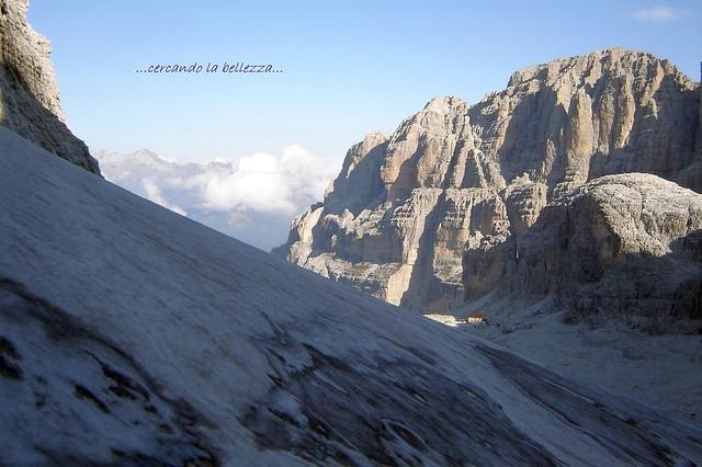 RIFUGIO ALIMONTA. Sembra quasi scomparire nell'immensità dell'ambiente. Dolomiti di Brenta, ITALIA. EXPLORE 10-10-2021.