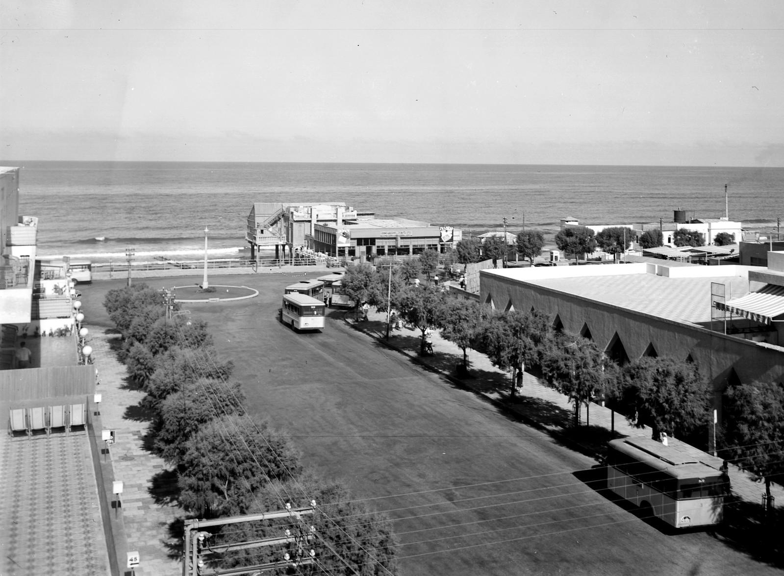 11. 1938. Улица Алленби и море