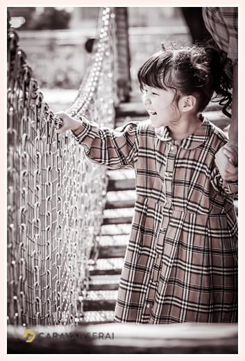 公園でファミリーフォト 吊り橋を渡る女の子 3才