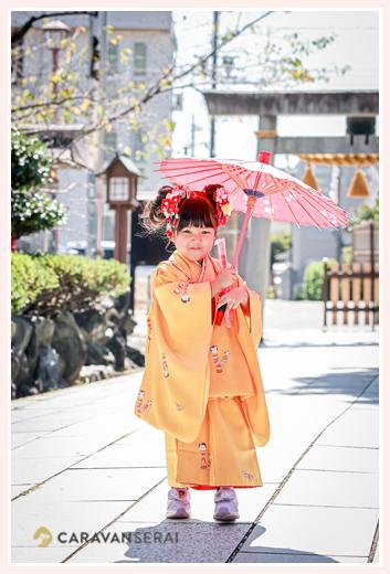 名古屋で七五三 3才の女の子 赤い和傘を持ってポーズ
