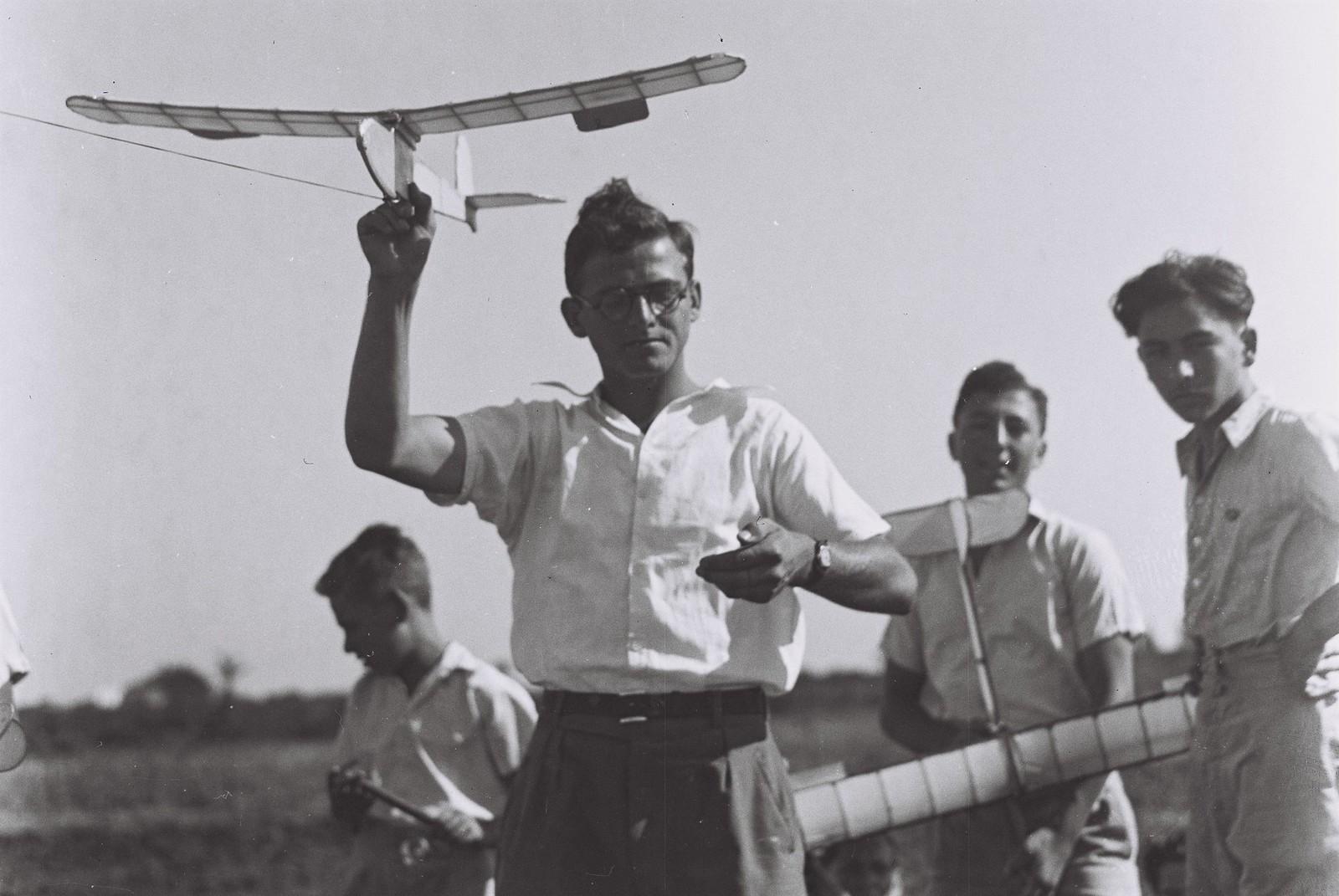21. 1941. Соревнование по авиамоделизму среди шкоьников в Тель-Авиве