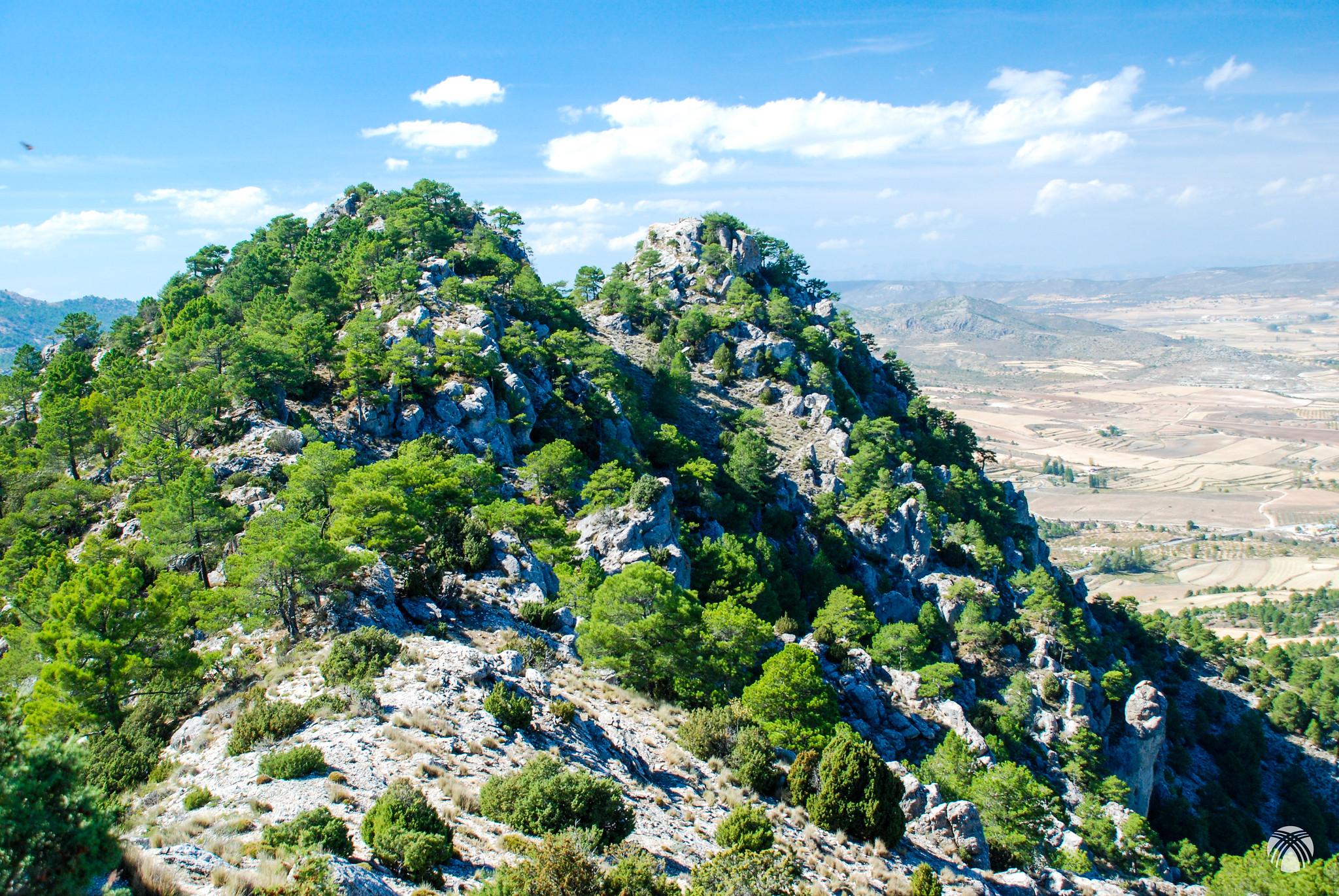 La cima principal a la izquierda y la antecima norte a la derecha (2 metros más baja)