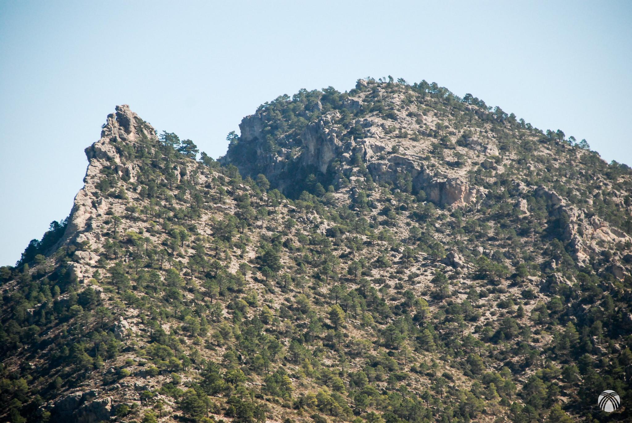 La enhiesta punta del Pico de las Grajas. Detrás el Pajarón.