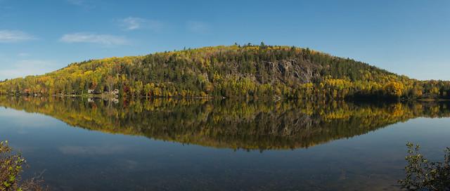 Réflexion sur l'eau, reflection, automne, autumn, Charlevoix, PQ, Canada - 07673 - Panorama