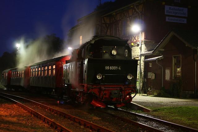 2009-10-29; 0106. HSB 99 6001-4 met trein 8966. Harzgerode.