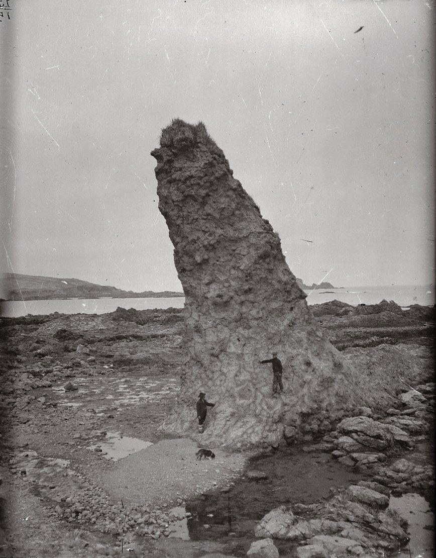 1909. 18 июня. Каменный столб в бухте Чичагова на месте древнего селения Син.  Атту остров.