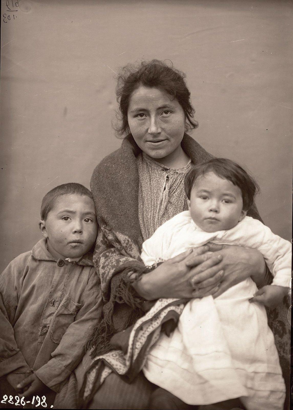 1909. Ксения Неврозова с детьми. Андреяновские острова, Атка остров