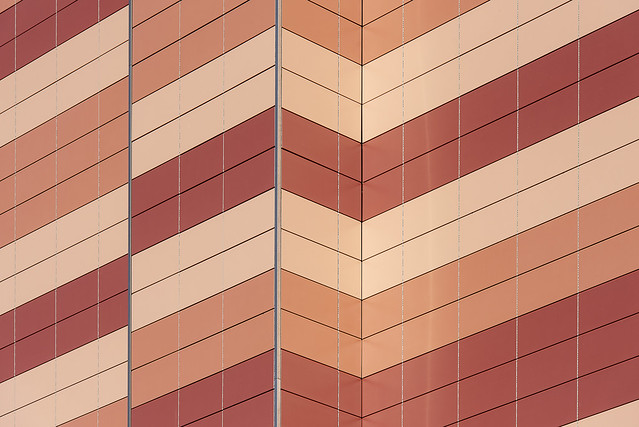 Facade with brown, beige and ochre