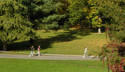 Běh přes Valašské kotáry se letos poprvé uskuteční na atletickém ovále