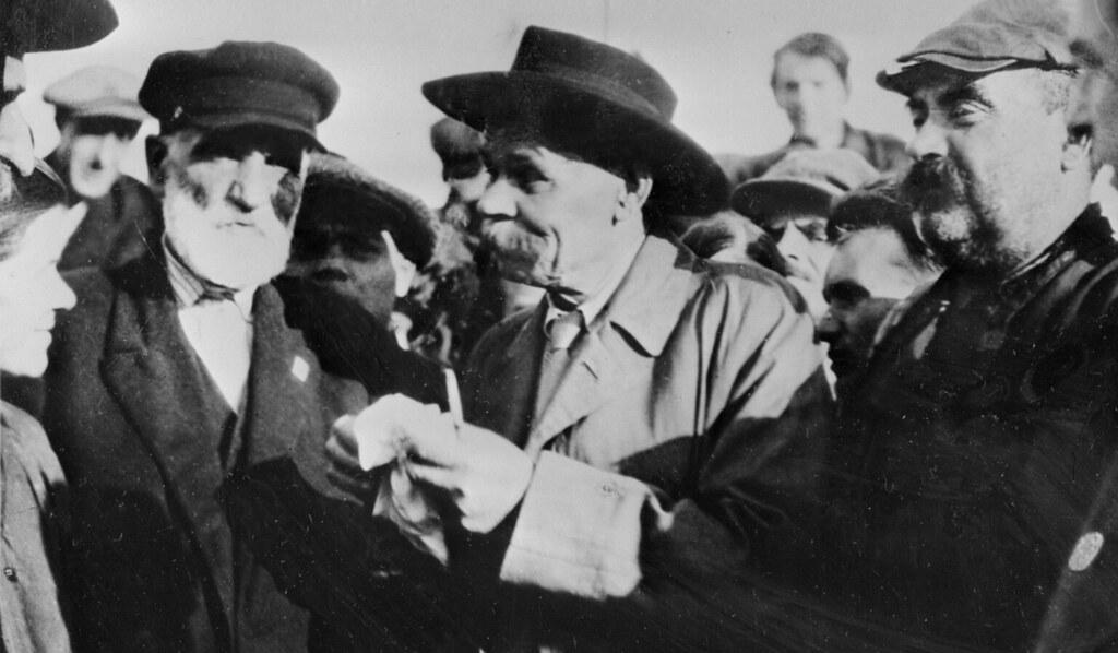 Максим Горький с рабочими-ударниками на теплоходе «Абхазия», 1930 год