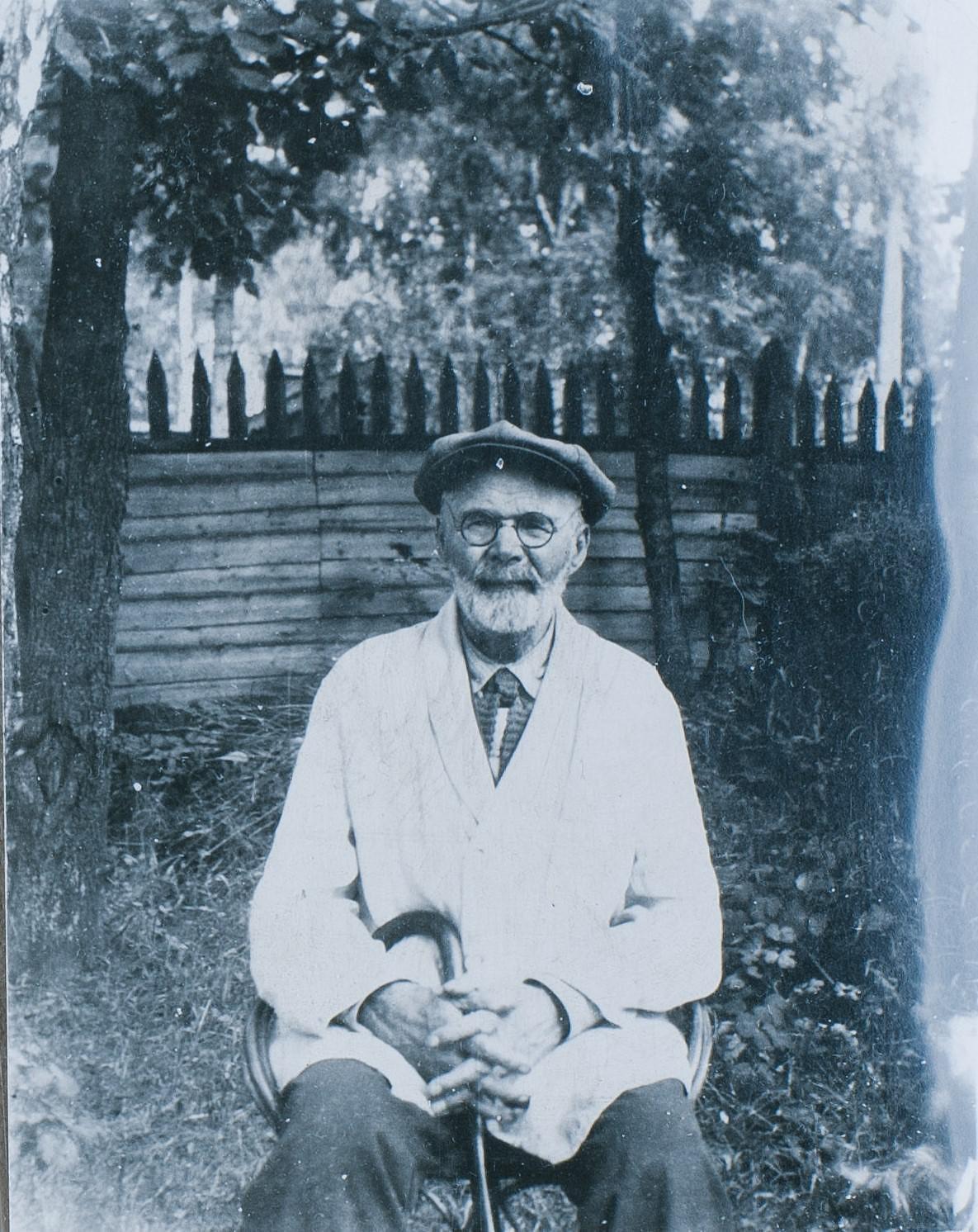 44. 1930-е. Сытин И.Д., сидящий в кресле под деревьями