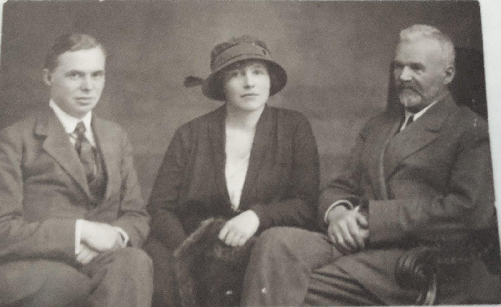 36. 1921. Сытин П.И., Сытина Е.И. (дочь), Сытин И.Д. Берлин