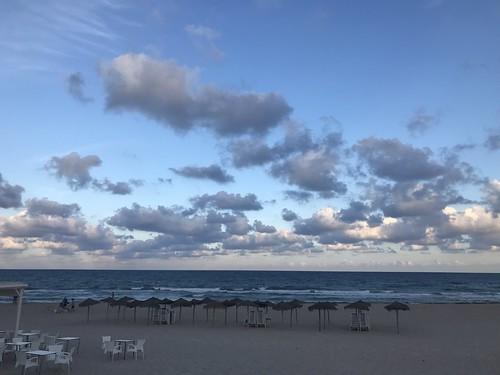 Playa de Mil Palmeras al anochecer en otoño.
