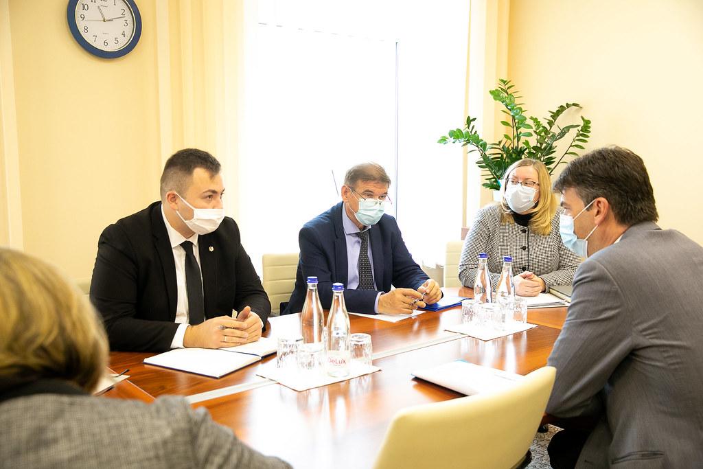 12.10.2021 Întrevederea membrilor Comisiei politică externă și integrare europeană cu Dragoș Tudorache, raportor al Comisiei de politică externă pentru implementarea Acordului de Asociere UE-Moldova din cadrul Parlamentului European