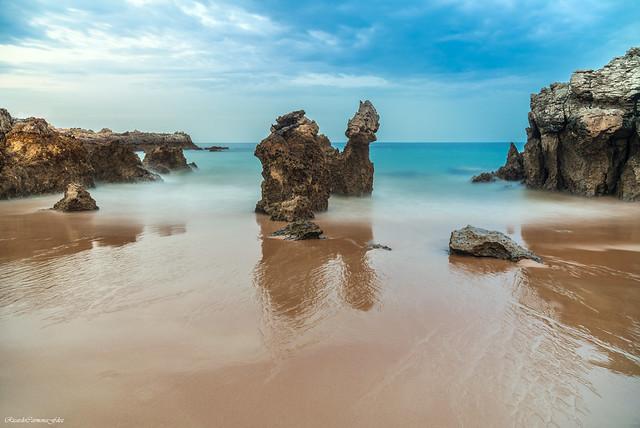 Shore between rocks   -   Orilla entre rocas